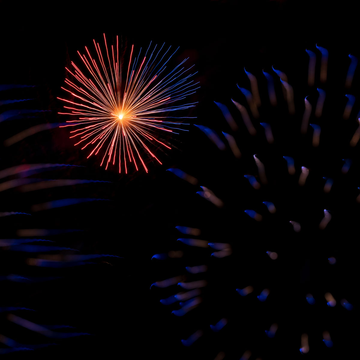 """Fireworks at Chicago's Navy Pier become pieces of abstract art using the """"focus pull"""" technique"""
